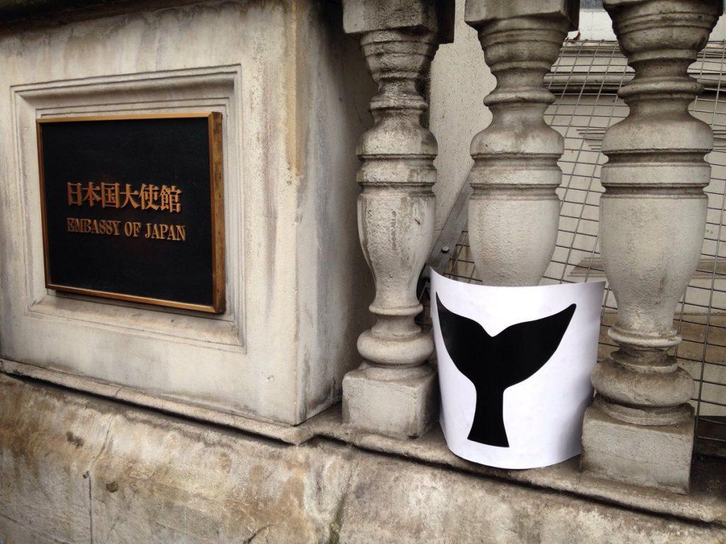 日本大使館前で、日本の捕鯨に反対するイギリスロンドン市民