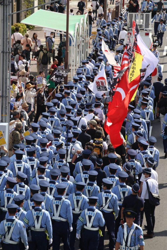 差別扇動デモを守る警察